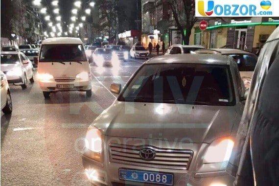 В Киеве полицейский автомобиль сбил девушку