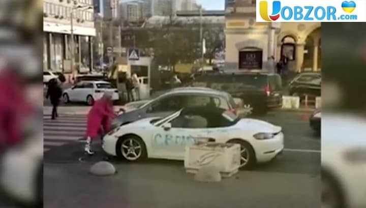 Молода киянка порубала сокирою спорткар Porsche