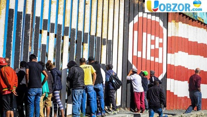 Мігранти піднялися на прикордонний паркан між США і Мексикою