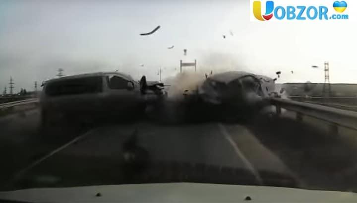 Мікроавтобус вилетів на зустрічну і вбив водія легковика +Відео