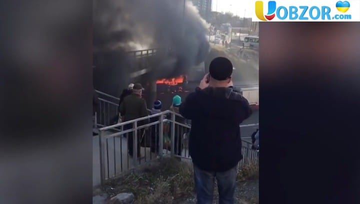 У Владивостоці згорів пасажирський автобус. Відео