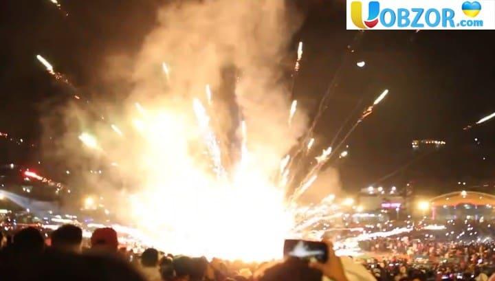 Конструкція з феєрверками впала на глядачів під час фестивалю вогняних куль. Відео