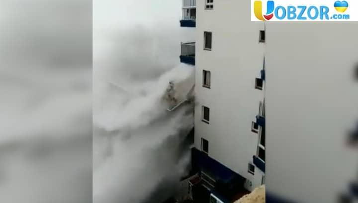Іспанський готель під час прибою виступив в ролі хвилеріза і позбувся балконів. Відео