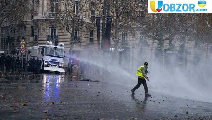 """У центрі Парижа гасять пожежі і затримують учасників протесту """"жовті жилети"""""""