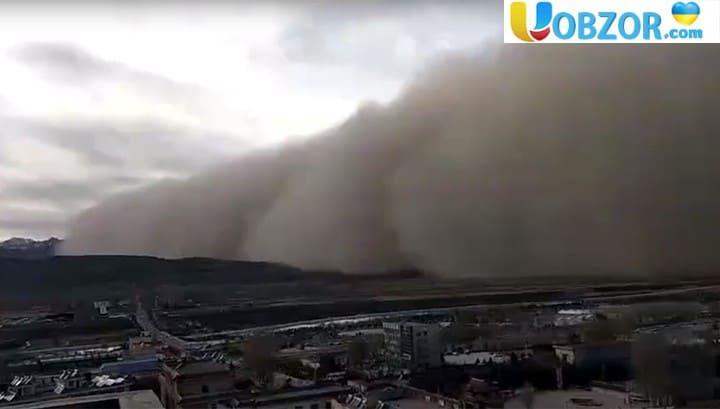 Китайське місто накрила піщана буря півкілометрової висоти. Відео