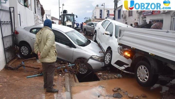 Злива змила машини з вулиць турецького Бодрума