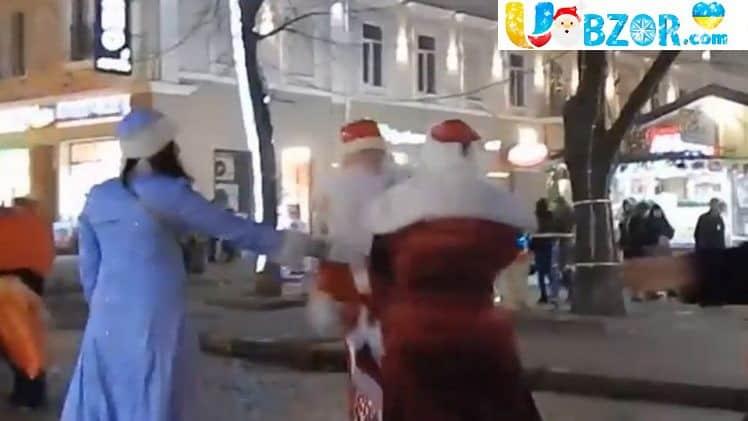 Драка Дід Морозів в Одесі. Два Діда Мороза побилися через маленьку дівчинку