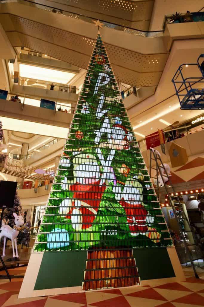 Xiomi створила новорічну ялинку з тисячі смартфонів