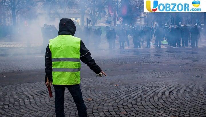 """""""Жовті жилети"""" в центрі Парижа: знову сутички і газ"""