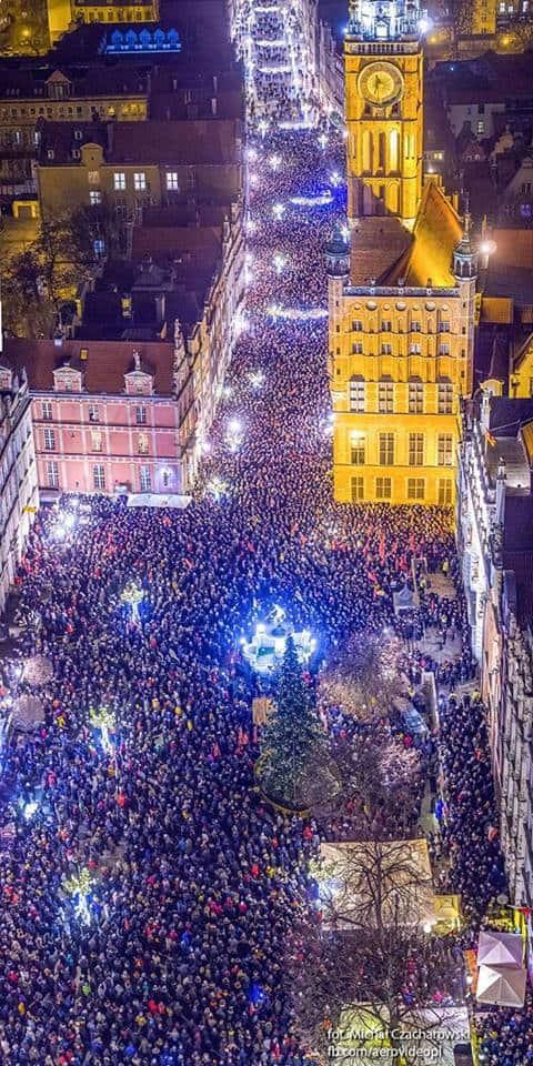 Тисячі жителів Гданська вийшла на вулиці вшанувати пам'ять убитого мера Павла Адамовича