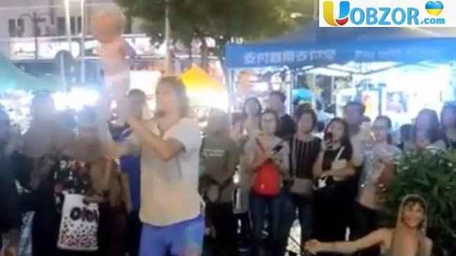 У Малайзії затримали двох громадян РФ, які жонглювали своєю дитиною
