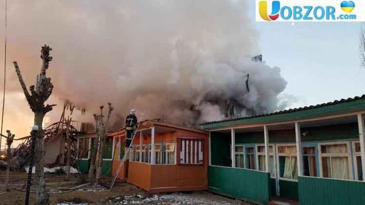 В Затоці у масштабній пожежі згоріли 20 будівель баз відпочинку
