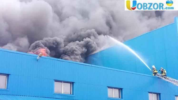 У Деснянському районі Києва горить складське приміщення