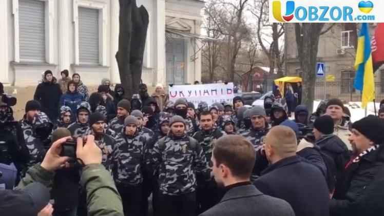 Генконсульство РФ в Харкові атакували яйцями і зеленкою