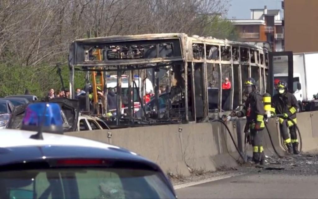 В Італії водій викрав і підпалив шкільний автобус