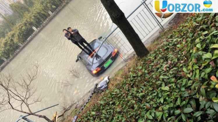 В Китаї некерована Tesla Model S з пасажирами вилетіла в річку