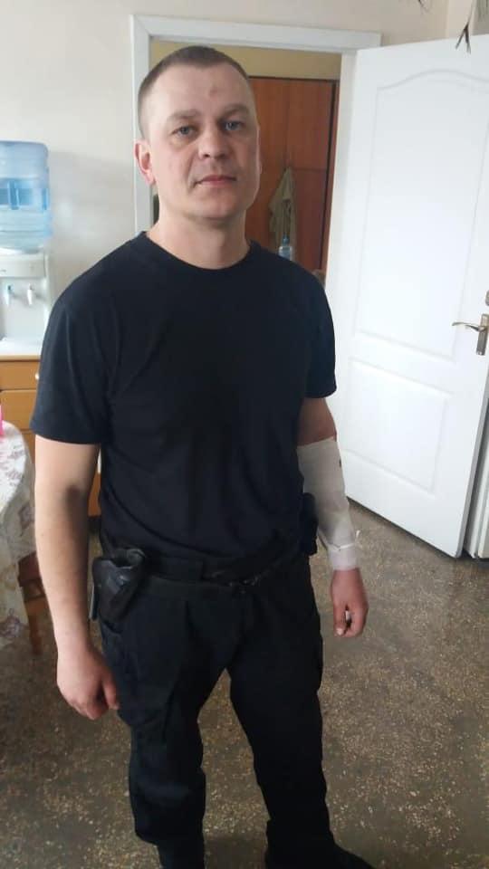 кинув в поліцейських гранату
