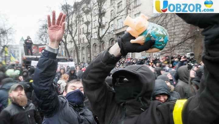 На мітингу проти корупції в Києві поліцейських закидали свинями