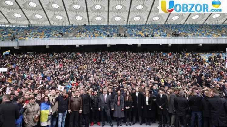"""Селфі Порошенко на НСК """"Олімпійський"""" зі своїми прихильниками"""