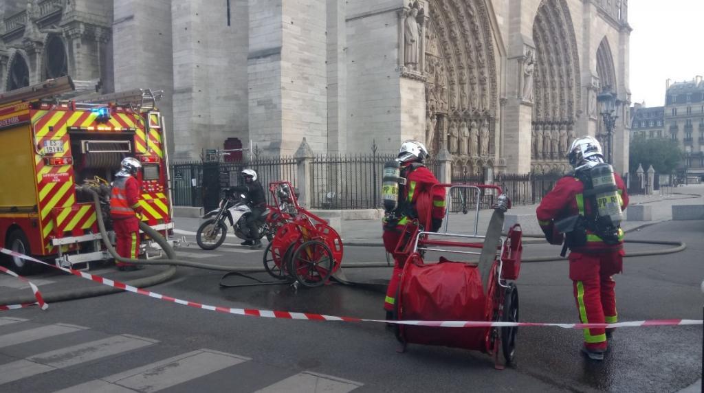 У Соборі Паризької Богоматері спалахнула масштабна пожежа
