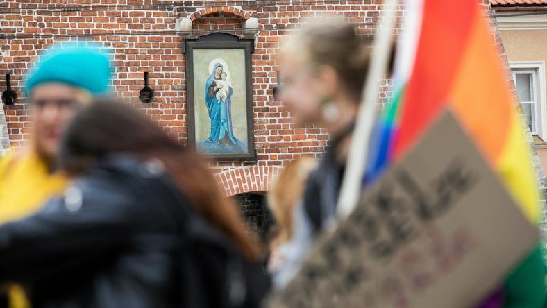 В Польщі затримали жінку за поширення зображень Діви Марії в кольорах ЛГБТ