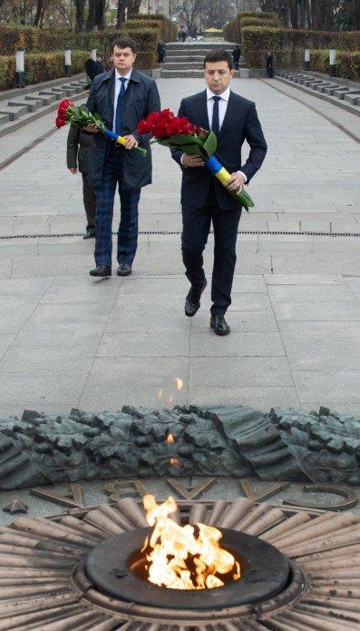 Зеленський з Разумковим поклали квіти до могили Невідомого солдата