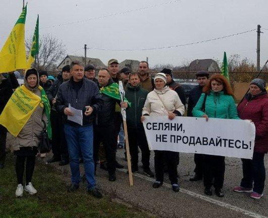 Фермери протестують проти зняття мораторію на продаж землі. Акції пройшли в 13 областях. Люди перекрили на годину траси.