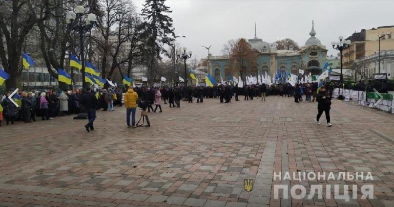Мертва свиня біля ВР:  акція протесту проти продажу ЗЕМЛІ