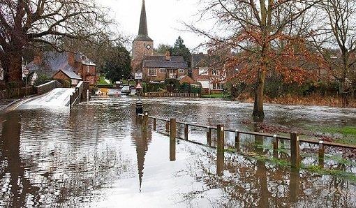 Повінь в Англії: залиті дороги, люди по пояс у воді