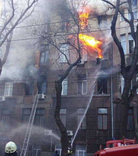 Пожежа в Одесі: загорівся коледж економіки права та готельно-ресторанного бізнесу.